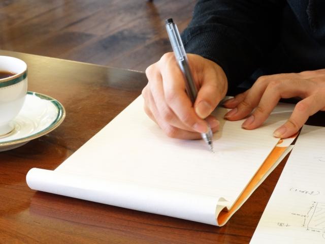 ペンで書く手元