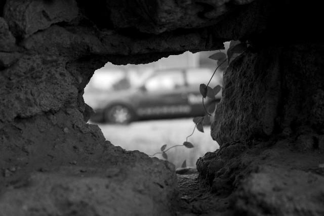白黒 壁穴から見た風景